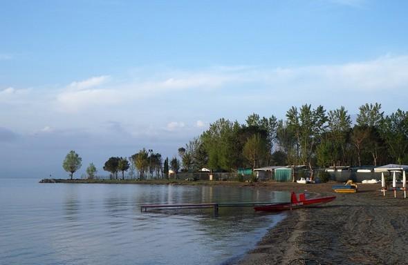 Le bord de la plage du Lido de Tuoro-Navaccia.Dans la partie gauche, l'amorce de la Punta Navaccia.
