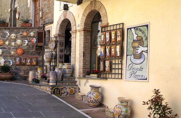 Une des nombreuses boutiques de céramiques peintes.Piazza dei Consoli.