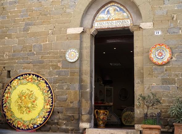 Autre entrée d'une exposition de céramiques peintes.Piazza dei Consoli.Deruta.