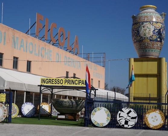 """Un des grands magasins, situé en-dessous de la ville.Sur une petite route parallèle à la """"superstrada""""."""