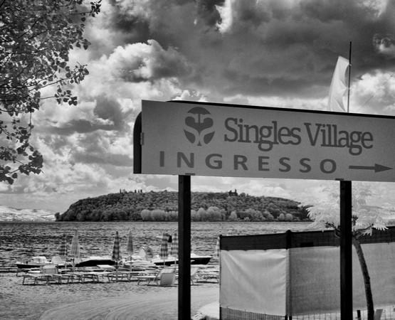 Fléchage dirigeant vers la partie du Lido de Tuoro-Navaccia réservée, à cette occasion, aux célibataires.A l'arrière-plan, notre belle Isola Maggiore.