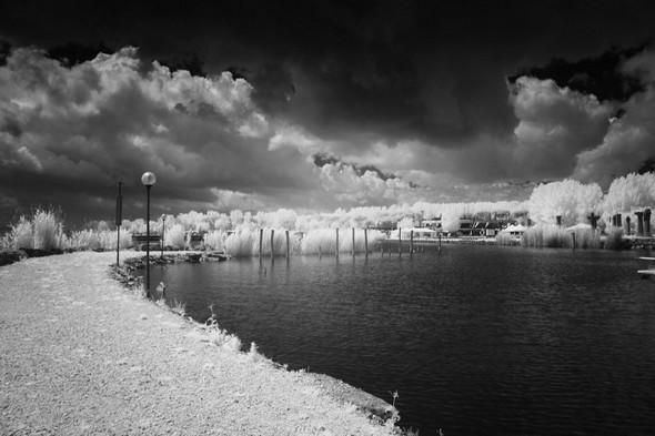 La longue digue nord du Porto del Sole, le port de plaisance de Tuoro-Navaccia.