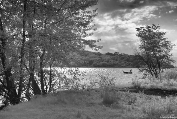 Du terrain découvert qui succède à la plage, on aperçoit souvent l'un ou l'autre pêcheur dans une barque traditionnelle...