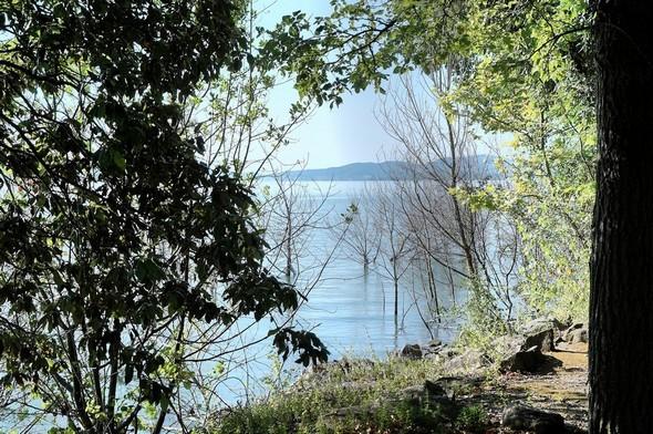 Vue sur le lac Trasimène depuis le lungolago de l'Isola Maggiore.Au fond, la rive sud du lac.