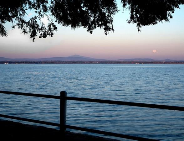 Depuis la digue de notre jardin, vue sur la rive ouest du Trasimène.Pleine lune.20/07/2016  -  05:57