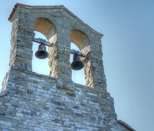 Le clocher de San Michele Arcangelo.Cette église, caractérisée par de nombreuses fresques, est érigée au sommet de l'Isola Mggiore.20/07/2016 - 09:03