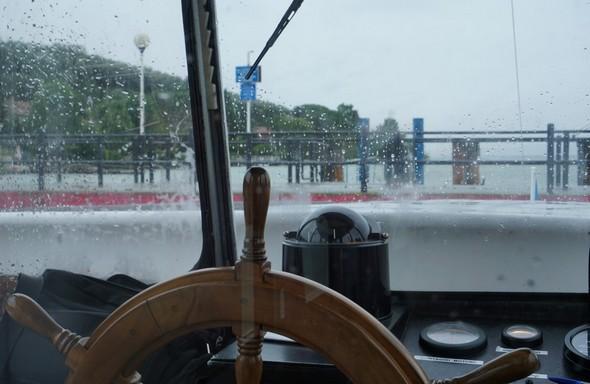 """Le poste de pilotage du """"Trasimeno"""" avec son pare-brise constellé de gouttelettes de pluie."""