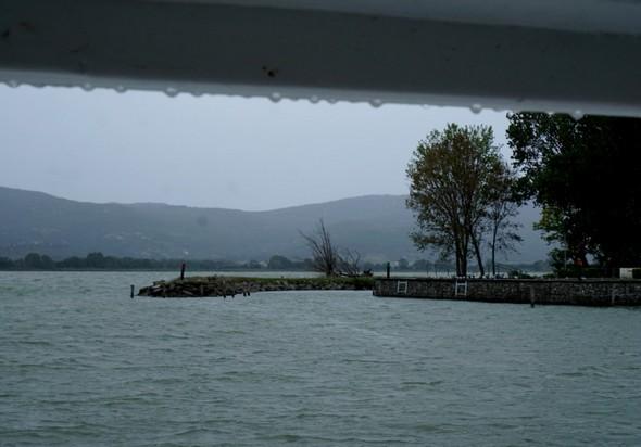 Le bord du toit du pont arrière est bordé d'un liseré de gouttelettes de pluie.