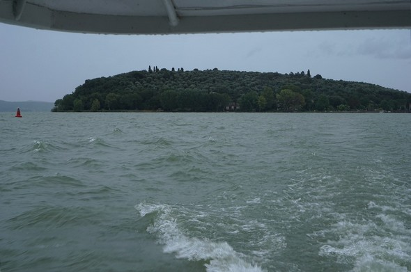 Le ciel est plombé.Le lac s'agite un peu...