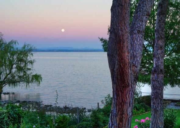 Photo du Trasimène prise du balcon de mon bureau.La pleine lune trône au-dessus de la rive ouest du lac.Rendu extraction de texture.20/07/2016 - 05:44