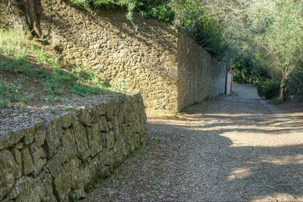 Un peu plus haut que le renfoncement du banc de pierre, un regard en arrière sur le chemin déjà parcouru...