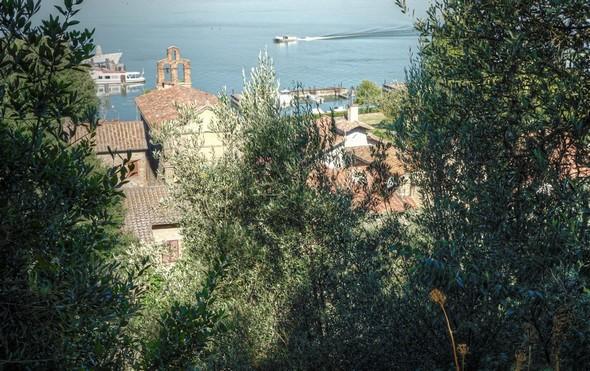 Vue sur une petite portion du segment nord de la via Guglielmi.Dans le quadrant supérieur gauche, la chiesa del Buon Gesù se distingue bien.
