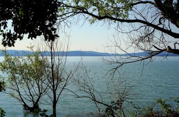 Une autre vue sur le lac Trasimène depuis cette partie large du lungolago.