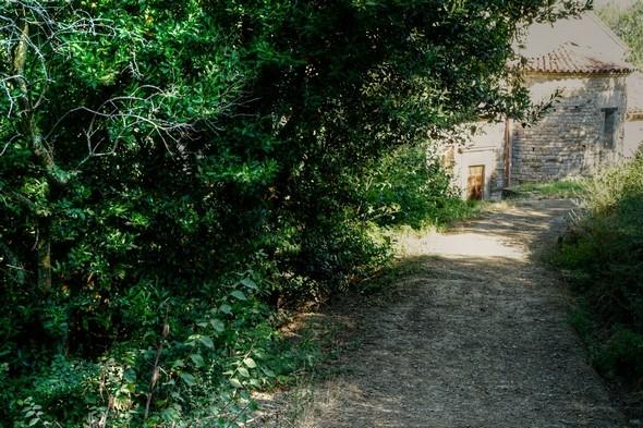 A l'extrémité de inférieure de la strada, on aperçoit une partie de l'arrière de la chiesa di San Salvatore.