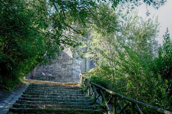 Vue de la chiesa depuis le bas de l'escalier qui mène à la via Guglielmi et à la plage.