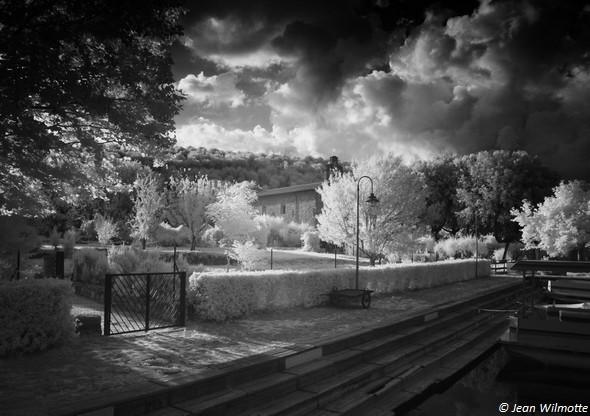 """PHOTO 3Le chemin qui fait aussi office de quai du côté """"est"""" des darses."""