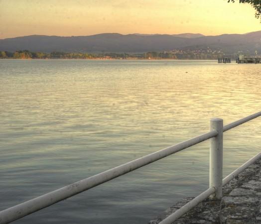 PHOTO 6Vue vers Tuoro-sul-Trasimeno.Extrémité du ponton de l'Isola Maggiore (quadrant supérieur droit).