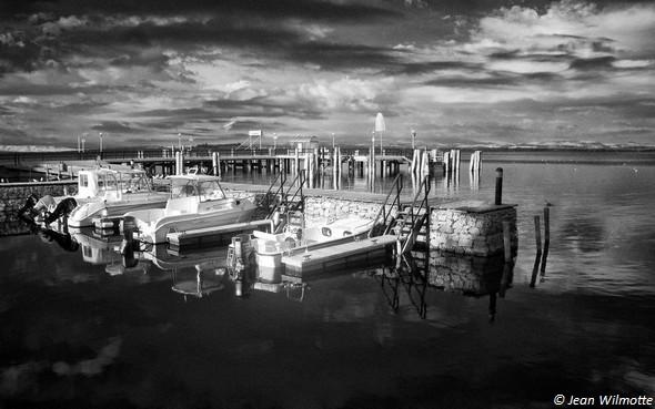 """Digue-quai """"ouest"""" de la première darse.Darse la plus occupée et de nombreuses embarcations y sont amarrées."""
