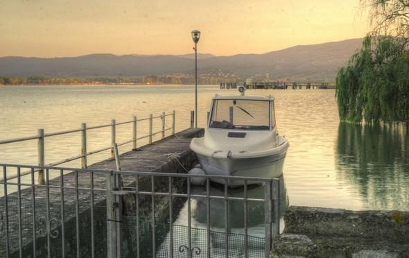 Notre darse privée incluse dans le jardin.Derrière, vue sur le ponton de l'Isola Maggiore.Tout au fond, la rive à hauteur de Tuoro.