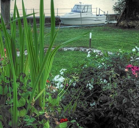 Autre vue de cette darse depuis notre jardin.On réalise bien son intégration au jardin.