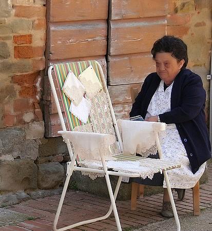 Le Giovanna e i sui merletti nella strada Guglielmi.1/05/2012