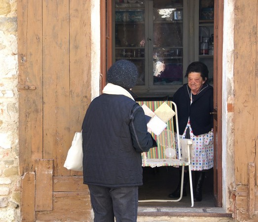 Turista davanti a la sua casa.