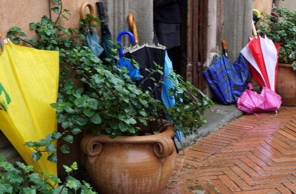 L'entrata delle moschee presenta spesso uno deposito di scarpe. Dato il maltempo, questa volta si erano ombrelloni coloriti che decoravano il sagrato della Chiesa del Buon Gesù.