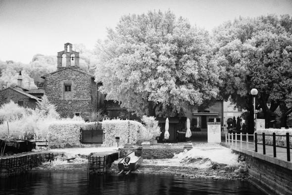 """Sur le pontile des """"traghettis"""", pas un visiteur, pas un touriste qui se dirige vers ce premier lieu de contact avec l'Isola Maggiore."""