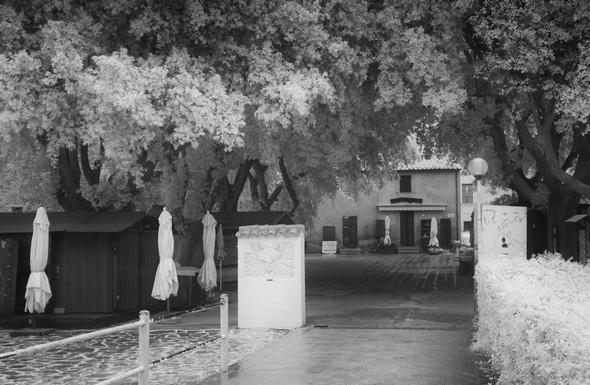 Pas de cohue d'arrivants à la jonction entre le pontile et la piazzetta San Francesco.