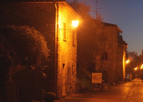 """Au premier plan à gauche, l'ancienne école.Au fond, la silhouette du """"palazzo medievale""""."""