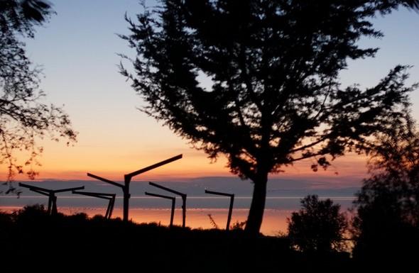 Non, ce ne sont pas de sinistres potences !Mais tout simplement, les soutiens des parasols de la terrasse de L'Oso au bord du lac.