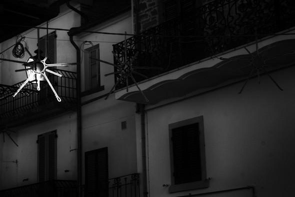 Par chance, en plein jour, en un endroit, le soleil illumine spécifiquement une des étoiles qui décorent quelques rues.