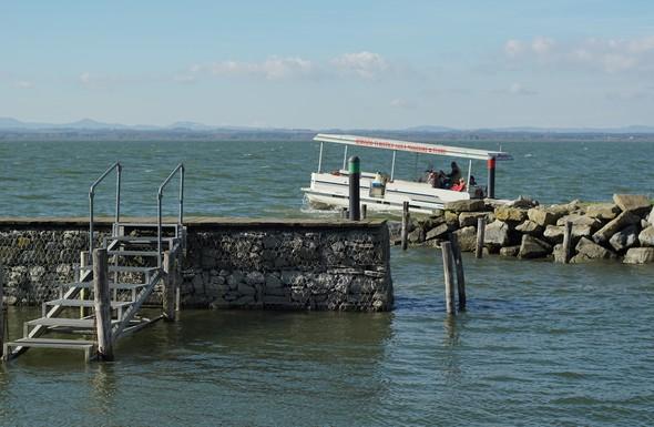 Spinta dietro dal vento e dalle onde, la barca di Maurizio puntare la sua prua verso il cielo. Come se sia un aereo decollando!