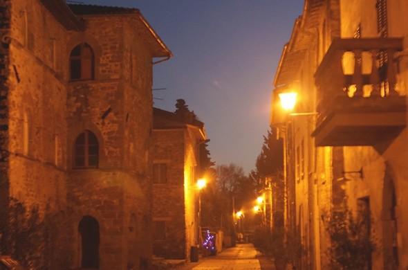 """A gauche, le """"Palazzo medievale"""".A droite, la façade de L'Oso avec son balcon."""