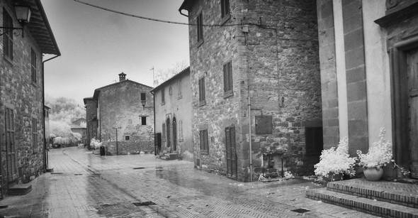 La via Guglielmi fait penser à une ville abandonnée, à une ville-fantôme.Photo prise à hauteur de la chiesa del Buon Gesù (porte à l'extrémité droite de la photo).