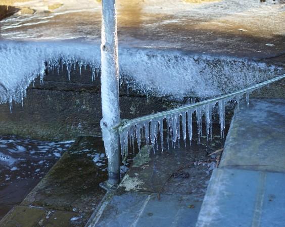 Gel et stalactites au poste d'amarrage de Maurizio.Pontile de Tuoro-Navaccia.
