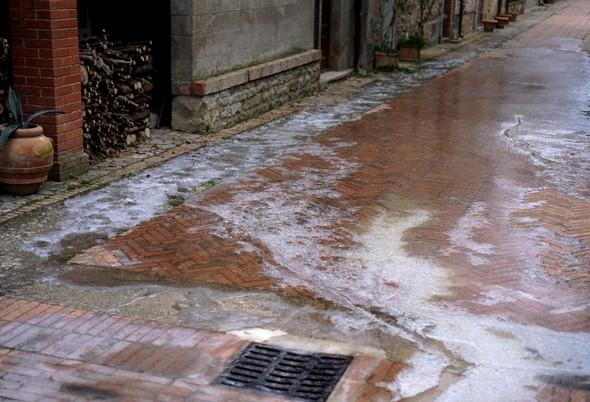 L'extrémité sud de la via Guglielmi est littéralement transformée en patinoire !