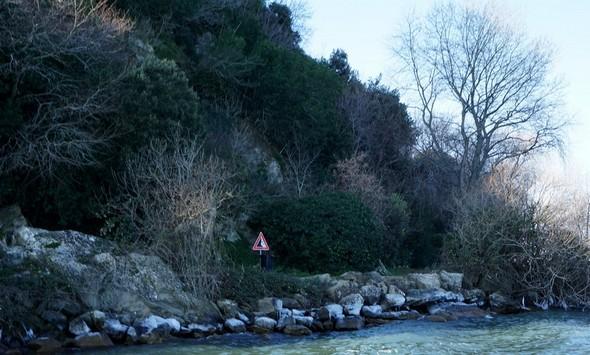 La rive dde la strada du lungolago juste après la plage de l'Isola Maggiore.