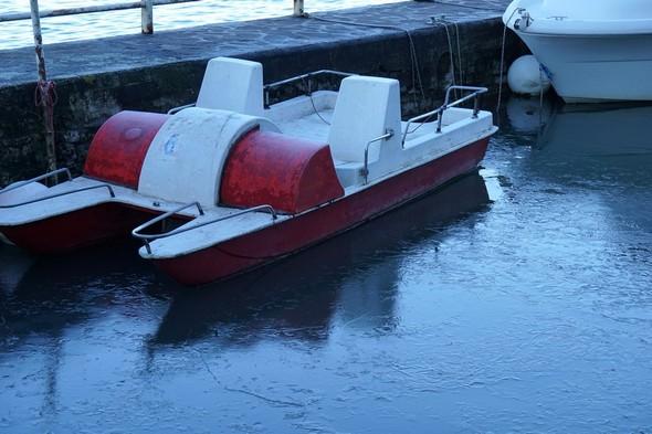 Pédalo et pilotina dans notre darse privée.L'eau dormante autour du pédalo s'est transformé en une plaque de glace.14/01/2017    -    09:51