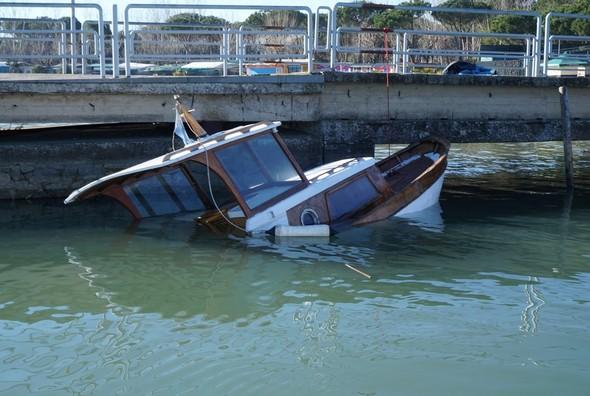 """Arrivando """" a terra ferma"""", scopriamo con sorpreso una barca di legno affondata lungo il pontile di Tuoro Navaccia.14/01/2017"""