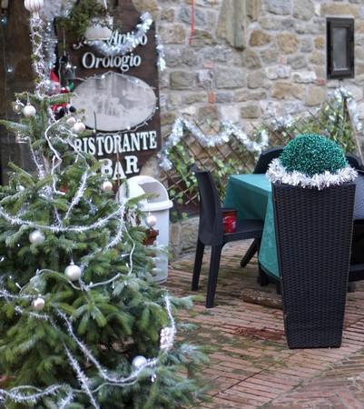 """La soglia del ristorante """"All' Antico Orologio"""" è stata particolarmente fornita di decorazioni di Natale."""