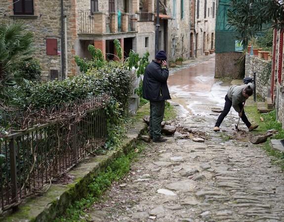 """Entrée en action des """"ressoureces locales"""". Toujours les mêmes : Cristiano qui creuse et Edoardo qui supervise !"""