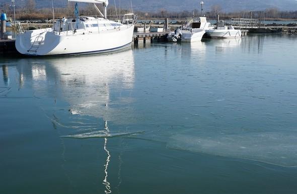 7Les barques amarrées au troisième pontont flottant à drite sur le plan).Les plaques de glace commencent à se réunir et se préparent à former une plaque de glace unique entre les deux pontons.