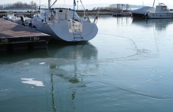 9A gauche, le troisième ponton.Toute la moitié droite de la photo met bien en évidence cette plaque de glace unique en voie de formation. DSC04253