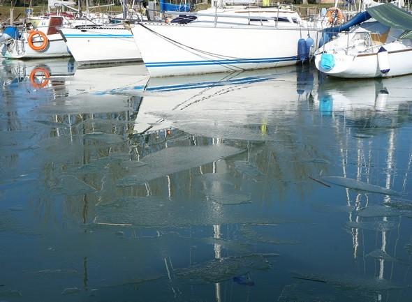 Plaques de glace en formation devant les voiliers amarrés au flanc ouest du premier ponton flottant.