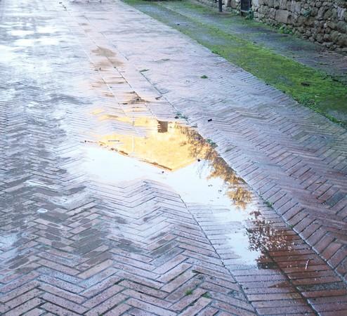 Fin d'après-midi, pas de neige, mais seulement une recrudescence des flaques d'eau dans la via Guglielmi.