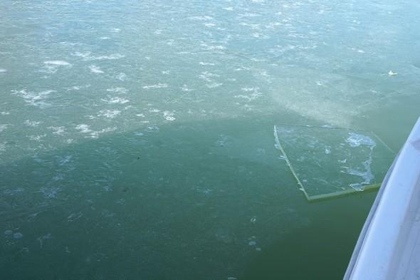 """13Pour avancer entre les pontons, notre """"pilotina"""" doit briser la plaque de glace naissante et heureusement encore peu épaisse."""