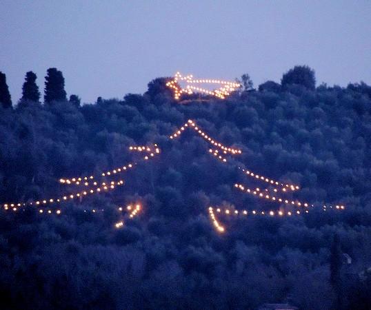 Albero di Natale luminoso con la stella di Betlemme.Su tutta l'altezza del versante di nord-ovest.Isola Maggiore.