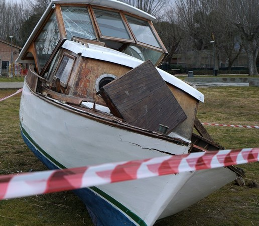 Finalmente fuori dal lago, la barca è stata depositata davanti al piccolo banchino di scarico utilizzato dagl isolani.