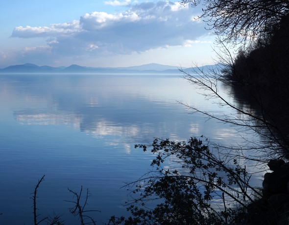Depuis le lungolago de l'Isola Maggiore, vue sur la rive est du lac Trasimène.<br />Le bleu, symbole de sérénité, de rêve et de sagesse.<br />Dimanche 12/02/2017,   16:29